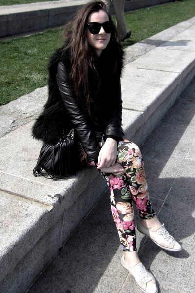 floral leggings - faux fur vest - sneakers