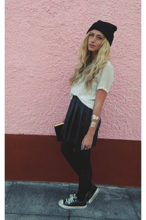 beanie Ebay hat - black converse Schuh shoes - pleated Nellycom skirt