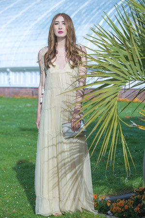 beige maxi dress Alyssa Nicole dress - silver clutch Carolina Herrera bag