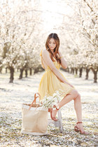 yellow silk Alyssa Nicole dress - tan tote bag - brown Chinese Laundry sandals