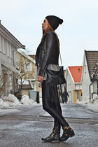 black beanie hat - black Leather bikerjacket jacket