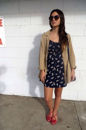 navy horse print Marshalls dress - brown tortoise UO sunglasses