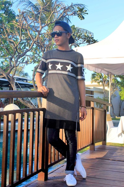 H&M hat - H&M t-shirt - H&M sneakers