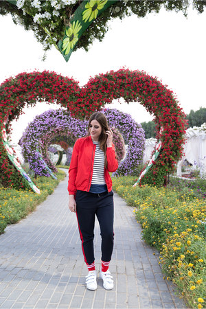 red Only jacket - white Adidas sneakers