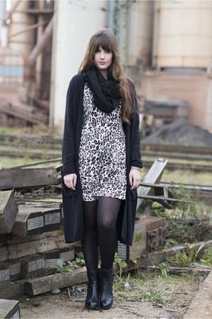 black H&M cardigan - black Clarks boots
