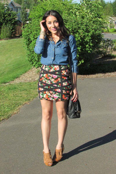 black skirt - blue t-shirt - tawny heels