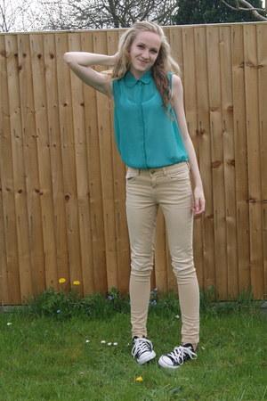 black Converse shoes - beige skinny fit Zara jeans