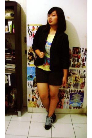 black Accent blazer - yellow unbranded t-shirt - gray unbranded shorts - black u