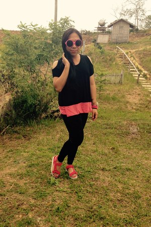 black Uniqlo leggings - hot pink sandals - black thrift top