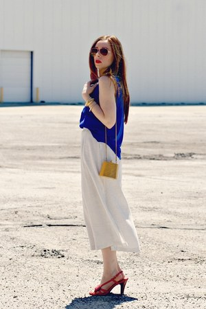 blue t-shirt - long cream skirt - orange sandals