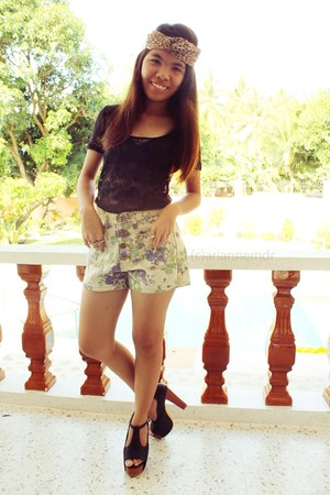 cream floral print from bangkok shorts - black heels - black lace Bayo blouse