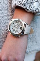 cream boack A-thread watch