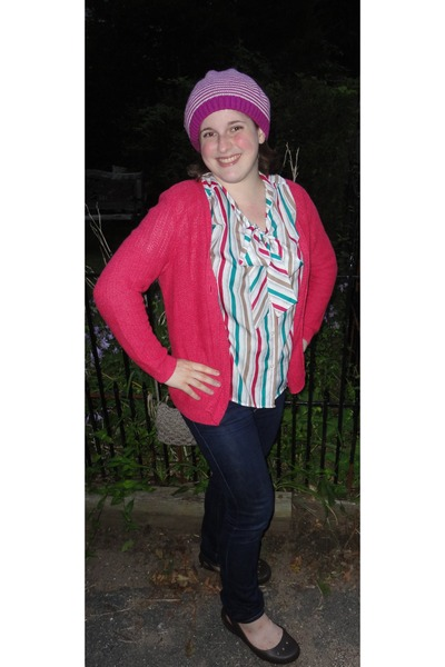 pink striped hat - navy skinny American Eagle jeans