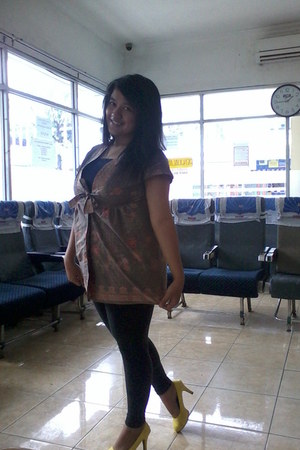unbranded leggings - unbranded blouse - adorable pumps