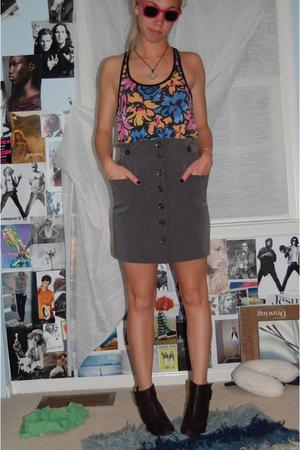 flee market sunglasses - supre skirt - boots