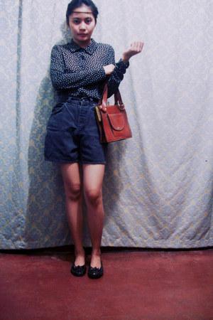 tawny bag - black shorts - black top