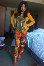 burnt orange Dolce & Gabbana jeans - mustard versus top - carrot orange pumps
