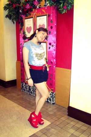 blue random brand shirt - black ruffled random brand shorts - red belt - red Top