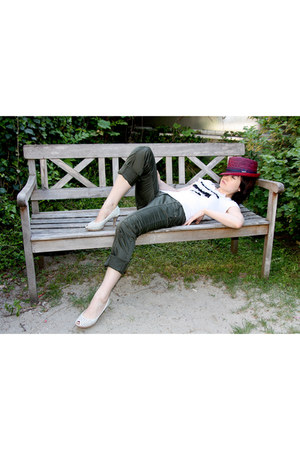 magenta straw hat Stetson hat - white Stefanel t-shirt - forest green aeronautic
