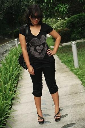 black shirt - black pants - gray shirt - black shoes
