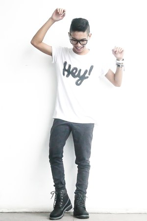 white printed artwork t-shirt - black high-cut human boots