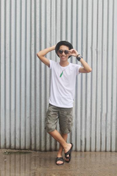 forest green cargo Wrangler shorts - gray Converse glasses