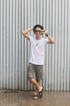 forest green cargo Wrangler shorts - gray Converse glasses