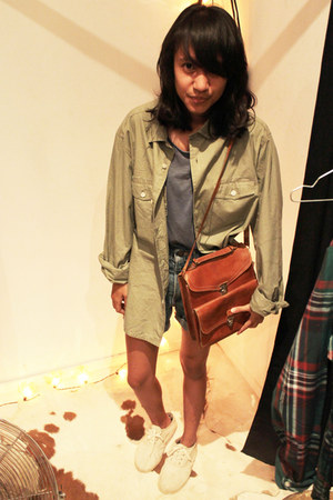 cotton Gap shirt - leather no brand bag - jeans Levis shorts