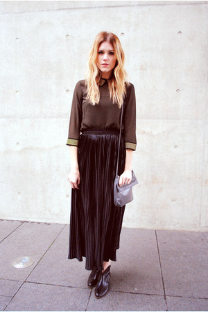pleated American Apparel skirt - Steve Madden boots