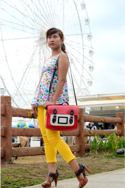 red satchel Impulse Co bag - yellow Abercomine & Fitch jeans