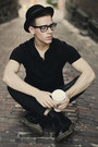 Dr-marten-boots-black-levis-jeans-urban-outfitters-hat-black-polo-h-m-shir