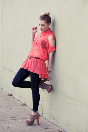 salmon cutout  shirt - navy Levis jeans - beige fairlane Jeffrey Campbell pumps