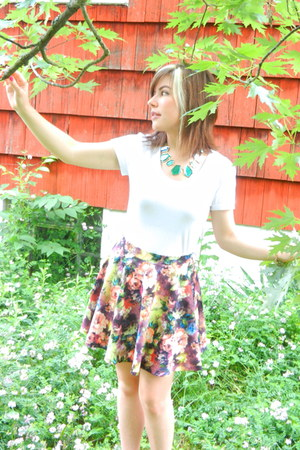 sans souci skirt - blue Dailylook necklace - white cotton Route 66 t-shirt