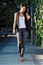 black Romwecom vest - gray Jagger jeans - white Shana t-shirt