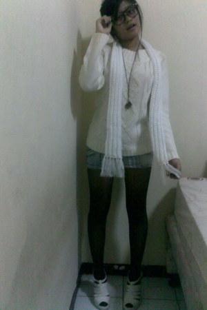 white sweater vintage sweater - black sunglasses vintage sunglasses - black blac