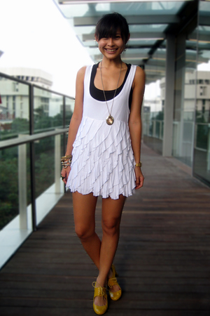 white mphosis dress - yellow mustard Schu shoes - black tank Pull & Bear top