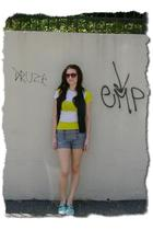 Sperry Top-Sider shoes - Urban Outfitters t-shirt - Urban Outfitters vest - fore