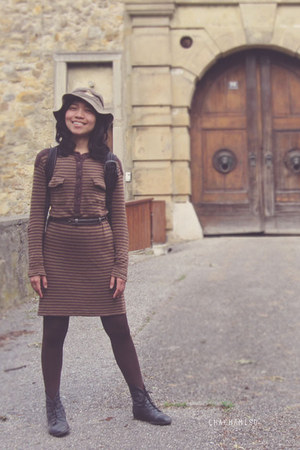 dark khaki safari Billabong hat - black boots - dark brown stripes Mango dress