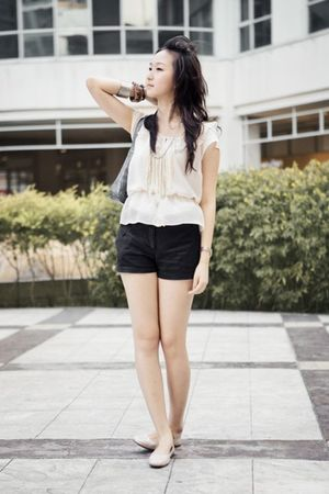 beige Telebasura accessories - black Mango Basic shorts - beige H&M blouse - blu