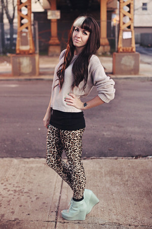 0842e469f ... Leopard Print Leggings. black knit Urban Outfitters socks - beige  oversized vintage sweater