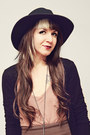 Black-wide-brim-urban-outfitters-hat-black-h-m-tights