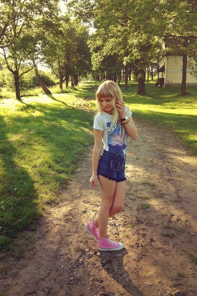 bubble gum Converse sneakers - navy noname shorts - navy house t-shirt