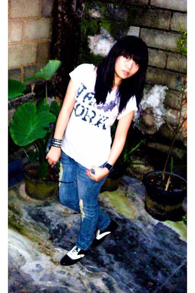 gray t-shirt - blue Guess jeans - black Nefertiti bracelet