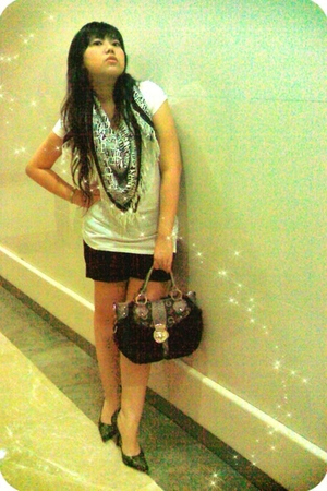 giordano t-shirt - Zara scarf - Guess purse - Guess shoes