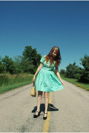 green vintage dress - black Newport News shoes - beige vintage bag
