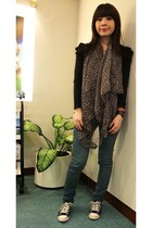 black top - brown scarf