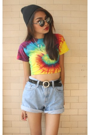 gold tie dye t-shirt - denim Levis shorts