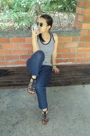 gray top - blue jeans - black Schu shoes - black Fossil sunglasses