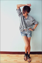 boyfriend top - cropped shorts - camera necklace - half-boots Le Donne flats