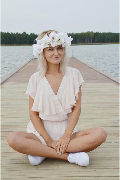 light pink ruffles Miss Selfridge romper - off white flowers DIY hair accessory